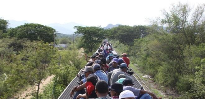 """Migrantes viajan sobre """"La Bestia"""", tren carguero que es utilizado para cruzar MŽxico."""